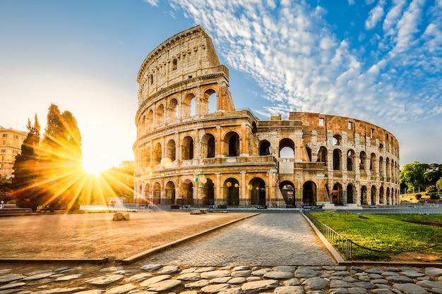 Coliseo en roma y sol de la mañana, italia