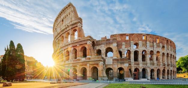 Coliseo en roma con sol de la mañana