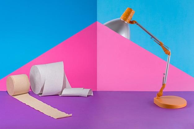 Collage abstracto con lámpara de mesa y papel higiénico en color