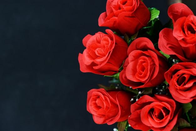 Collage de banner con flores de rosas rojas y perlas sobre un fondo negro