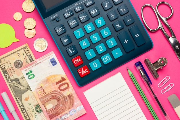 Collage de concepto en una vista superior del tema financiero. calculadora con botones, monedas, euros, dólares, lista de verificación, lápiz, papelería, notas