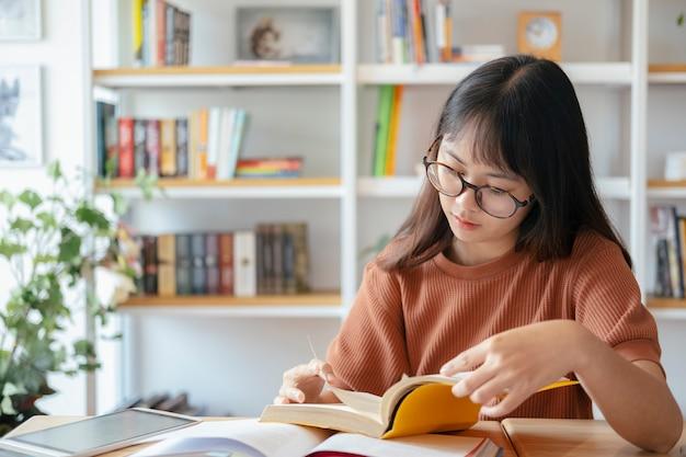 Collage femenino está leyendo un libro.