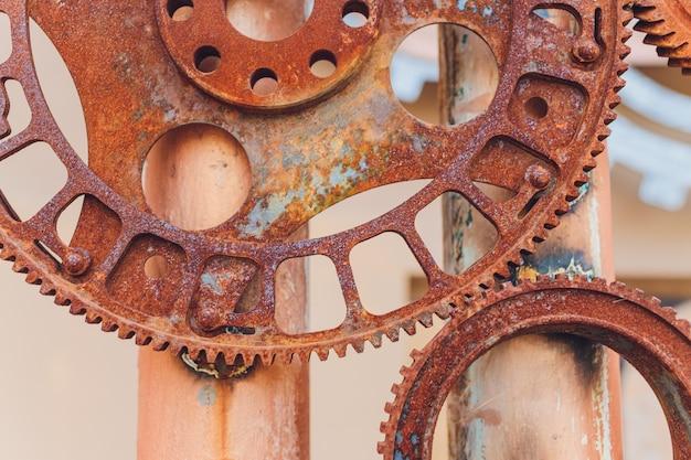Collage mecánico hecho de engranajes mecánicos de óxido.