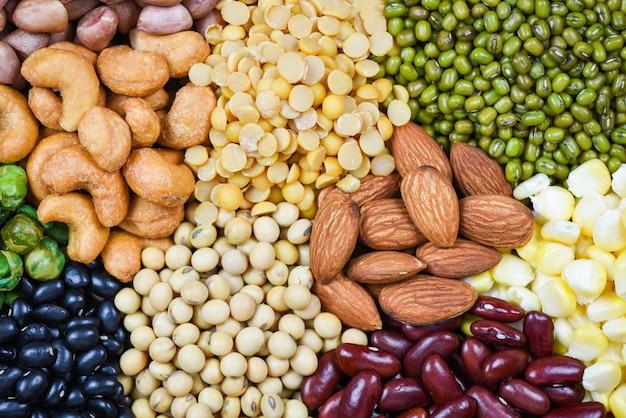 Collage varios frijoles mezclan guisantes agricultura de alimentos naturales saludables para cocinar ingredientes - conjunto de diferentes granos enteros frijoles y legumbres semillas lentejas y nueces textura colorida merienda