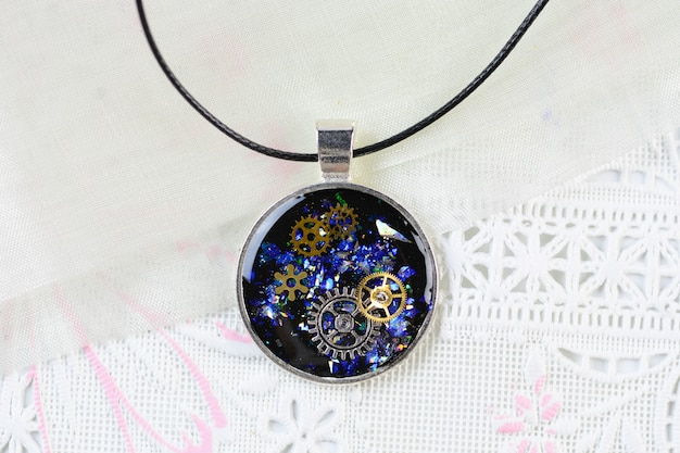 Collar con colgante estilo steam punk, collar de resina de arte multicolor, colgante de resina con dientes y reloj