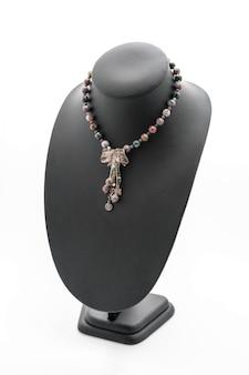 Collar hermoso y de lujo en el cuello de la joyería