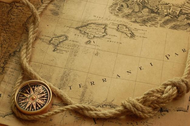 Collar reloj vintage en mapa del viejo mundo