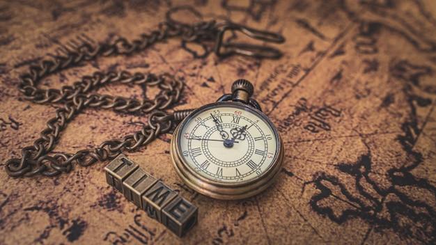 Collar de reloj vintage en mapa del viejo mundo