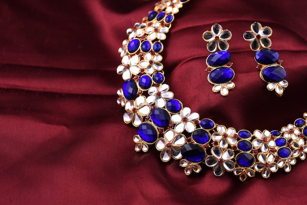 Collar tradicional indio con aretes