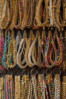 Collares en el mercado en la india