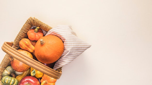 Coloca la comida de otoño en la cesta de picnic