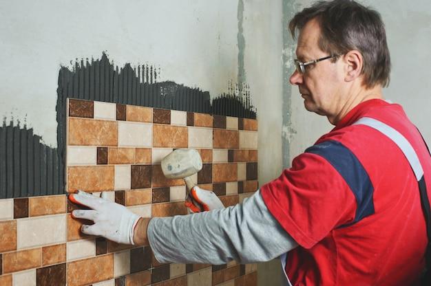 Colocación de azulejos de cerámica.