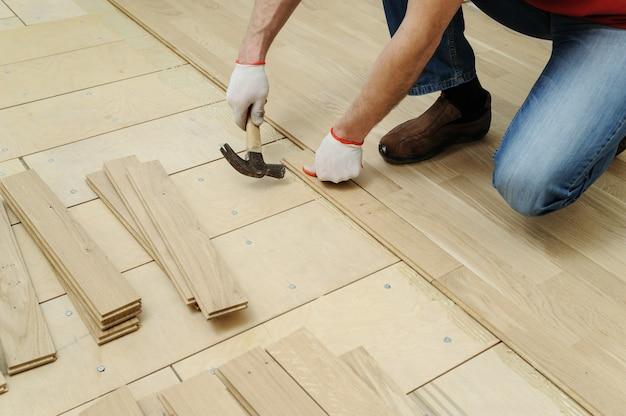 Colocación de parquet de madera.