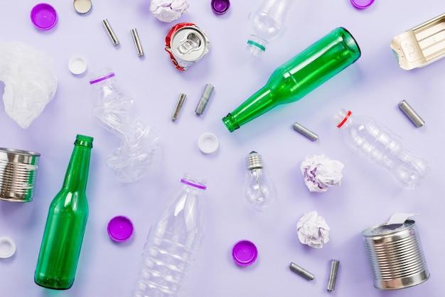 Colocación plana de la basura de clasificación para el reciclaje