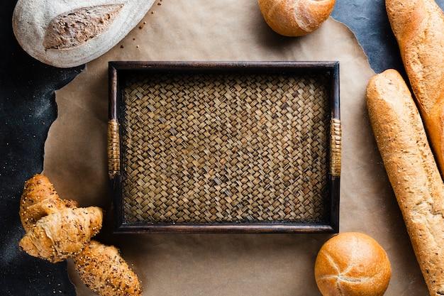 Colocación plana de canasta y pan en una bandeja para hornear