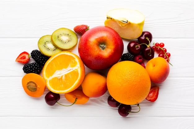Colocación plana de la composición de la fruta sobre la mesa.