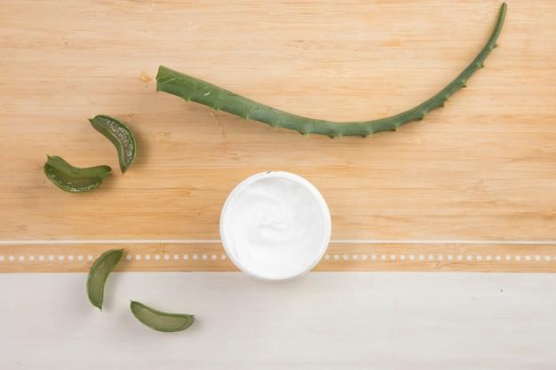 Colocación plana de crema corporal natural y aloe vera