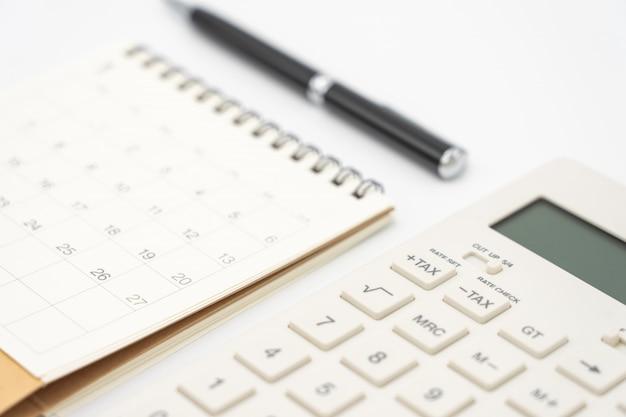 Colocación plana del escritorio de la mesa de oficina con vista superior, calendario, calculadoras y otra oficina
