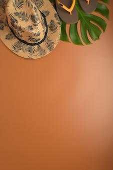 Colocación plana, espacio de trabajo superior de la visión en fondo marrón con el espacio de la copia.
