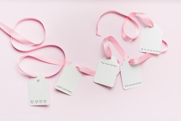 Colocación plana de etiquetas atadas con cinta