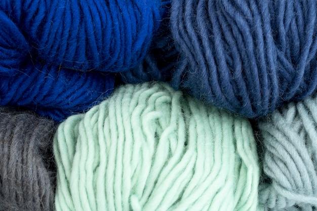 Colocación plana de hilo de colores para crochet