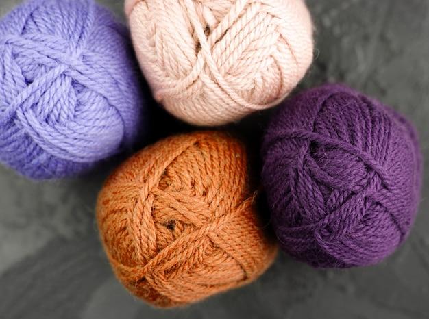 Colocación plana de hilo de lana naranja y morado