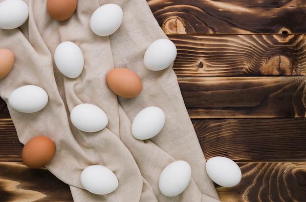 Colocación plana de huevos sin pintar para pascua