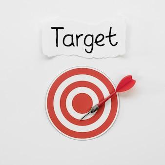 Colocación plana del objetivo en papel con dardo y marca
