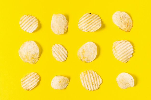 Colocación plana de papas fritas manipuladas