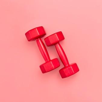 Colocación plana de pesas rojas