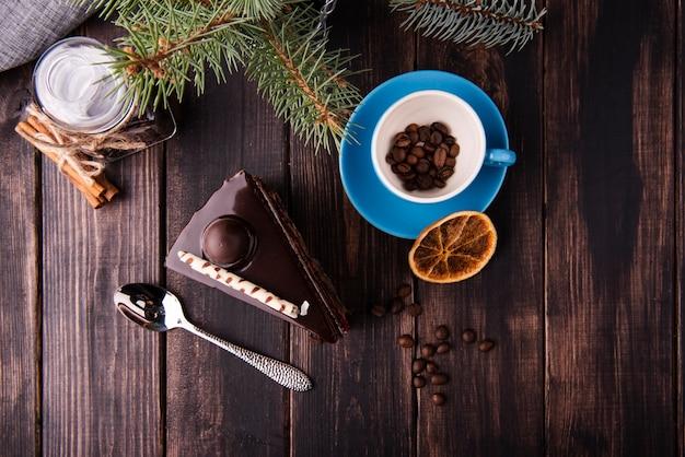 Colocación plana de rebanada de pastel con cuchara y cítricos secos