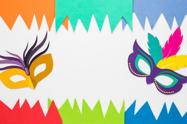 Colocación plana de recortes de papel y máscaras de carnaval