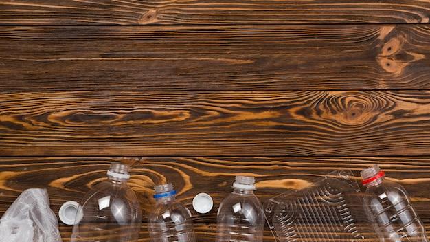 Colocación plana de residuos plásticos clasificados para su reciclaje.