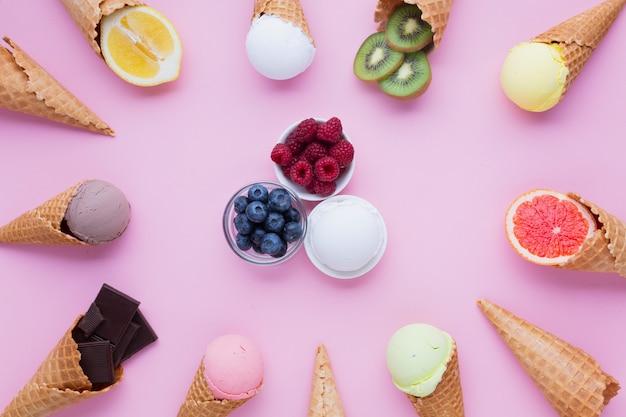 Colocación superior de sabores de helados con fondo rosa
