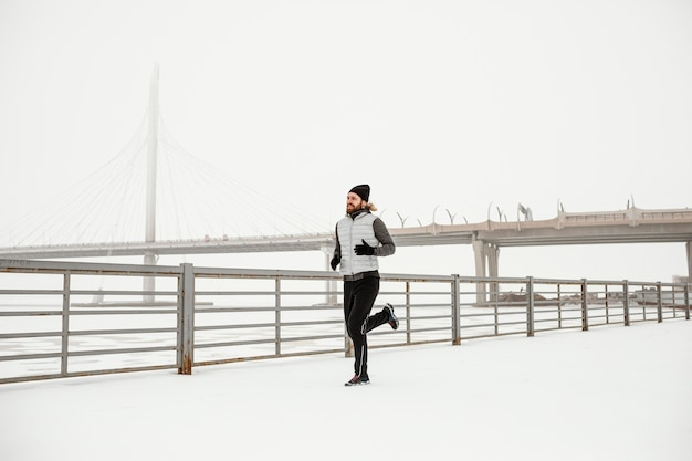 Colocar hombre corriendo al aire libre full shot