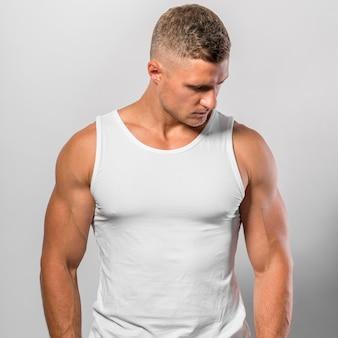 Colocar hombre posando mientras usa camiseta sin mangas