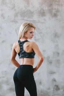 Colocar joven mujer en ropa deportiva