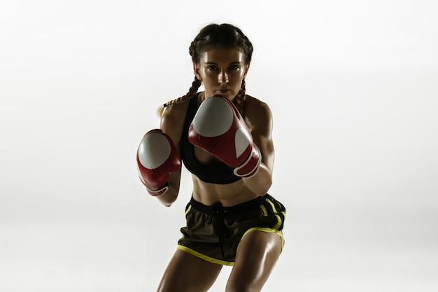Colocar mujer caucásica en ropa deportiva de boxeo aislado sobre fondo blanco.