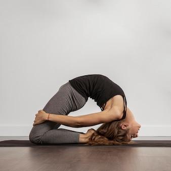 Colocar mujer haciendo yoga en casa
