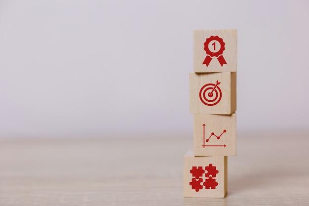 Coloque bloques de madera verticales. concepto de servicio de negocio a éxito. planificación de la estrategia comercial. a la victoria del mercado.