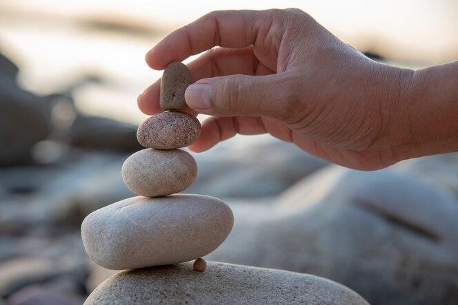 Coloque la torre de piedras apiladas.