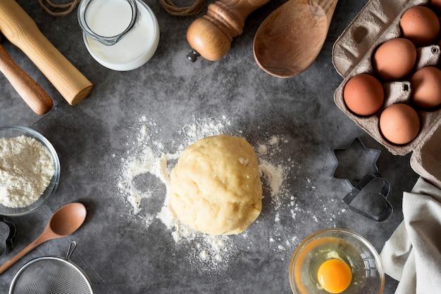Coloque la masa plana sobre el mostrador con harina y huevos