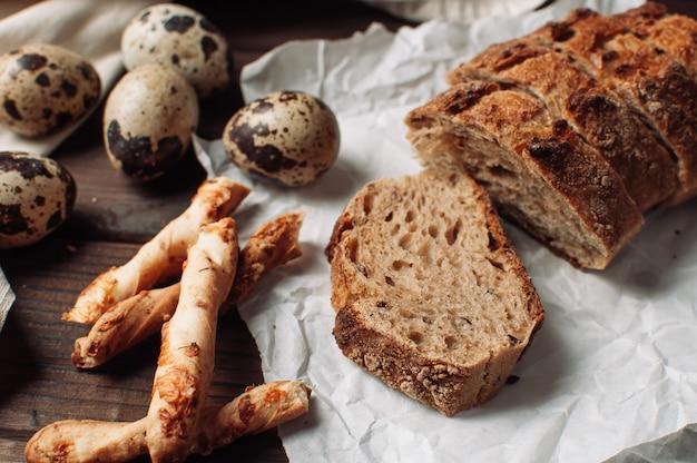 Coloque pan de trigo sarraceno libre de levadura oscura en un corte que yace sobre pergamino