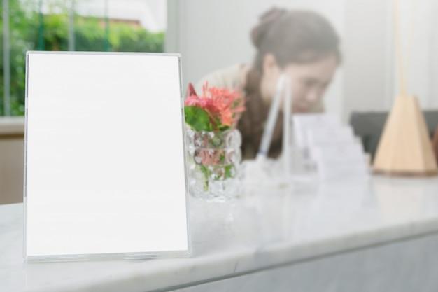 Coloquen una tarjeta de marco o un tablón de anuncios en el fondo borroso