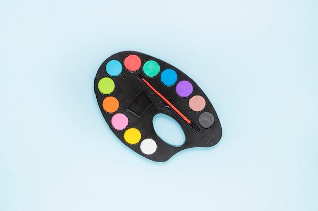 Color array con pincel puesto en el medio