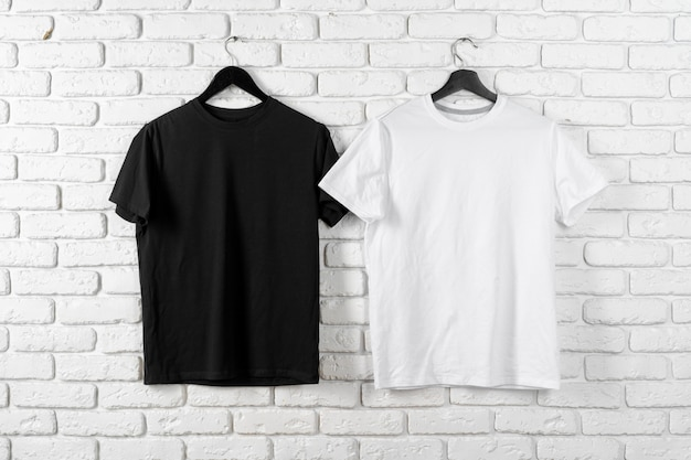 Color blanco y negro dos camisetas lisas, espacio de copia