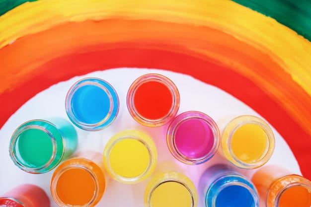 Color brillante. bandera gay de lgbtq. felicidad, libertad y concepto de amor para parejas del mismo sexo. día del orgullo y el arco iris.