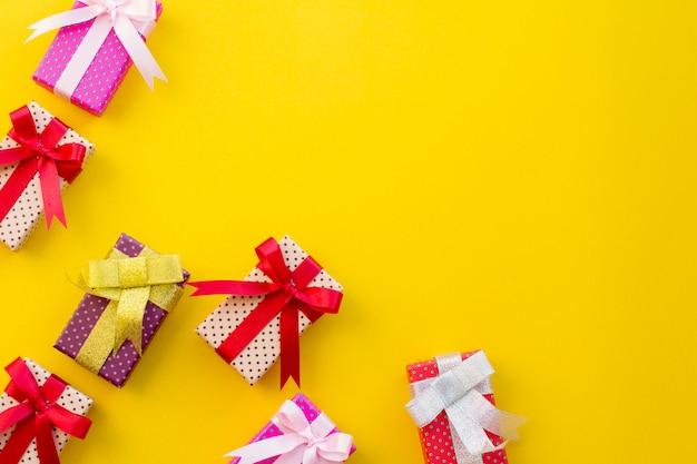Color de la caja de regalo con las compras en el fondo de color.
