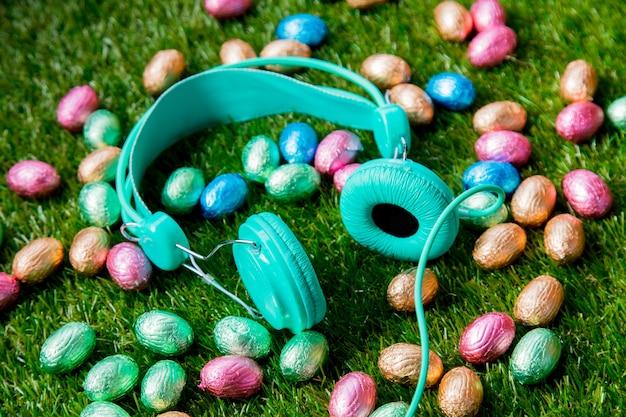 Color chocolate huevos de pascua y auriculares