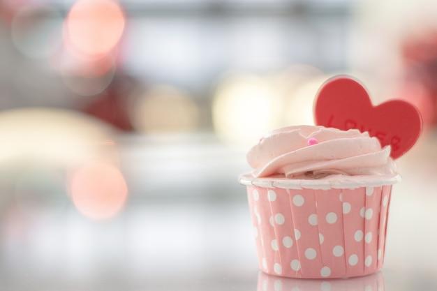 El color en colores pastel hecho en casa dulce de la torta rosada en bokeh empañó el fondo